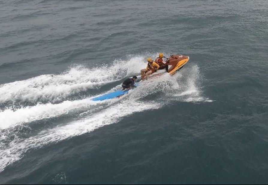 Drone dos bombeiros ajuda a localizar surfista à deriva em Florianópolis