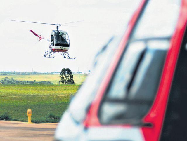 As instruções estão sendo ministradas no helicóptero que leva o instrutor e um aluno. Crédito: Jornal de Piracicaba.