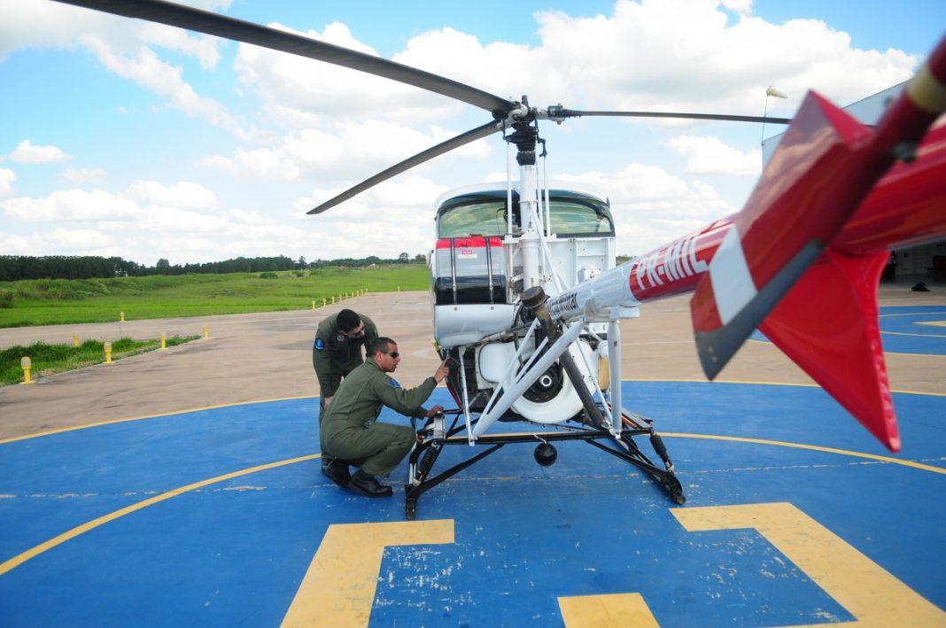 As instruções estão sendo ministradas no helicóptero que leva o instrutor e um aluno. Crédito: Del Rodrigues.