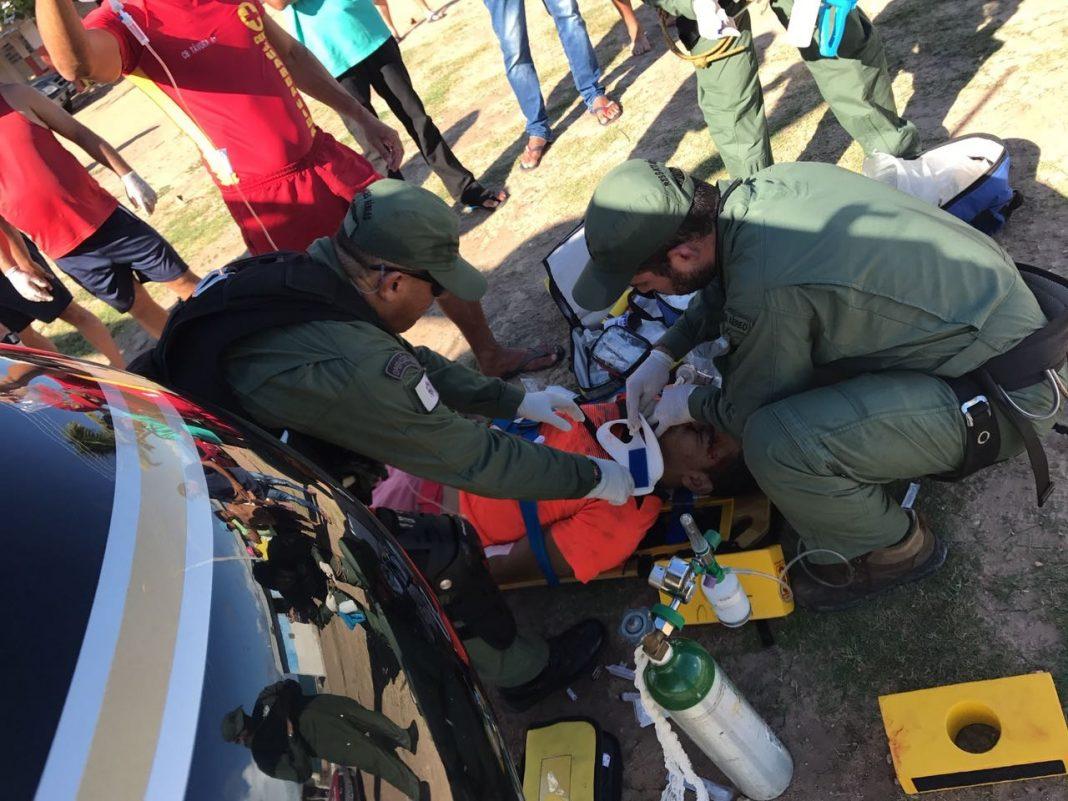 Equipe aeromédica do helicóptero Falcão 03 resgata motociclista acidentado em Maceió