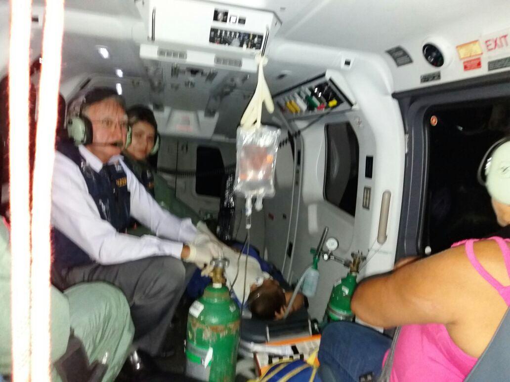 Dr Guataçara e equipe no EC 145 dando atendimento ao garoto, vítima de trauma torácico perfurante. Foto: Divulgação GRAESP.