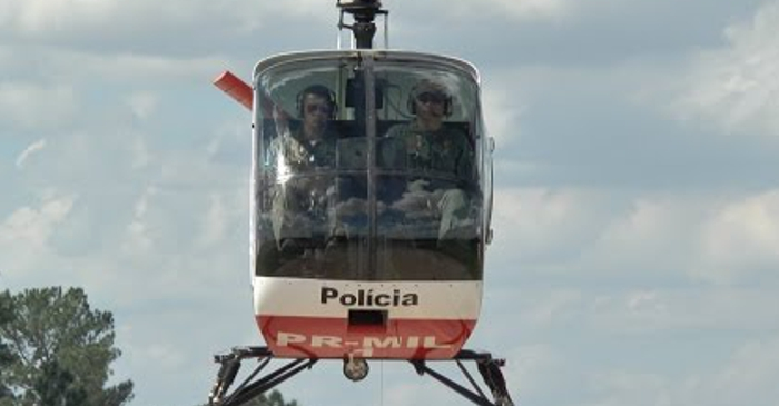 As aulas acontecem em um helicóptero de instrução, o Schweizer 269C-1