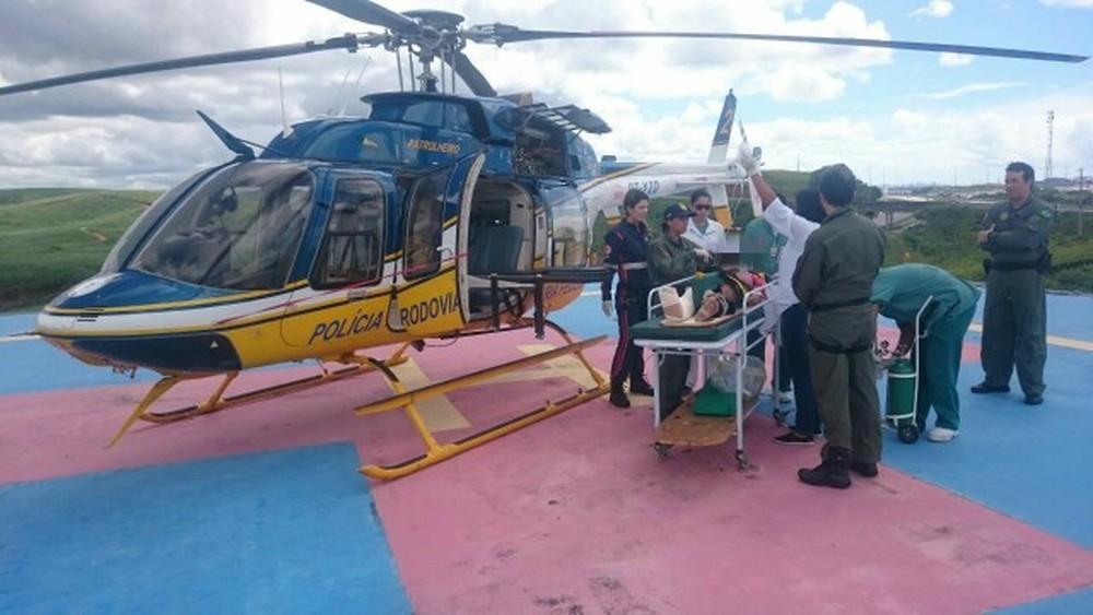 Acidente teve mulher ferida com fratura exposta e helicóptero da PRF faz o resgate no Recife (Foto: Divulgação/PRF)