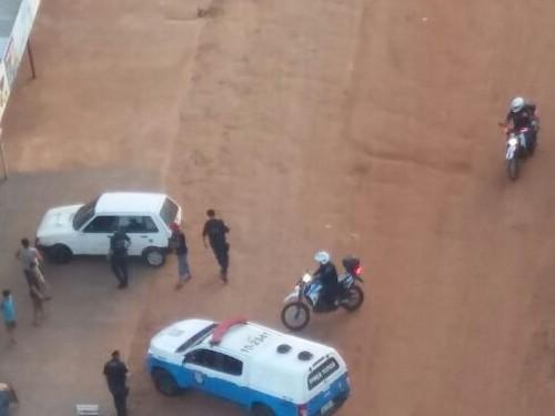Policiais em abordagem a suspeitos. (Foto: Divulgação/ PM)