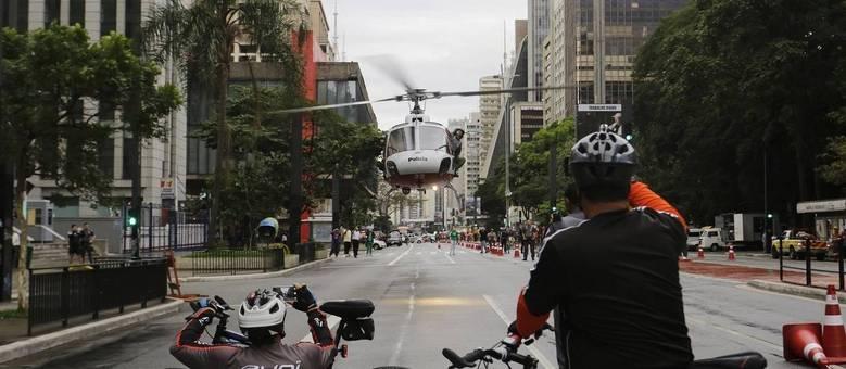 SP - ACIDENTE/SP/MASP - GERAL - Helicóptero Águia, da Polícia Militar, que pousou na Avenida Paulista, em São Paulo, para o resgate de uma pessoa que caiu de uma altura de aproximadamente 10 metros do alto do vão livre do MASP na Rua Carlos Comenale, na manhã deste domingo, 14. Segundo primeiras informações, a vítima sofreu fraturas de pelve e braço. 14/05/2017 - Foto: NELSON ANTOINE/ESTADÃO CONTEÚDO