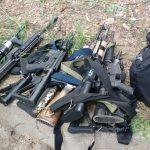 Parte da grande apreensão da Polícia Militar na Cidade Alta – até o momento são 32 fuzis apreendidos. PMERJ.