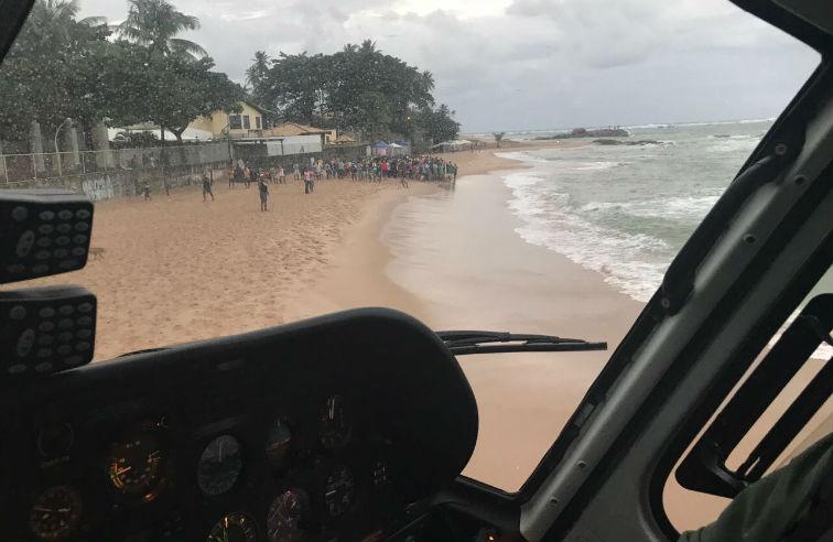 Vítima foi deixada na areia pelo helicóptero do Graer(Foto: Divulgação/Graer)