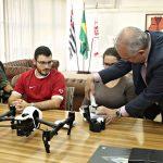 O Secretário José Roberto e o Coordenador do Dronepol, Rogério Vieira Peixoto, receberam os primeiros agentes da GCM e da Defesa Civil. Foto: Ulisses / SMSU