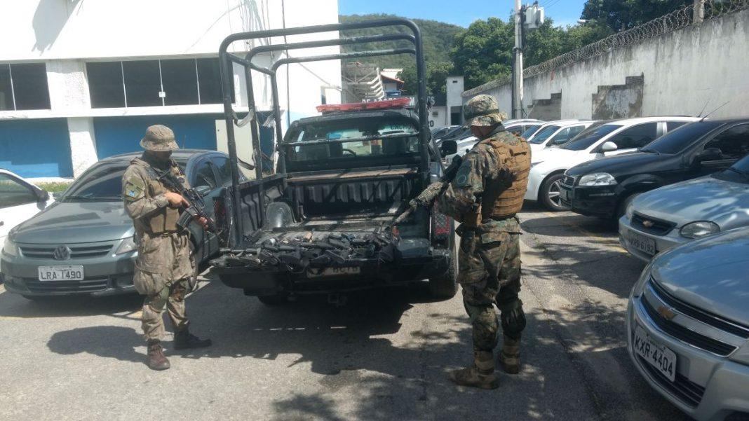 Parte da grande apreensão da Polícia Militar na Cidade Alta - até o momento são 32 fuzis apreendidos