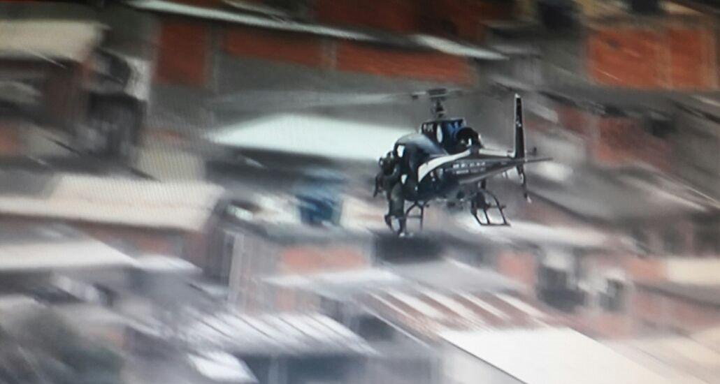 No ar, policiais do GAM reforçam o policiamento na Av. Brasil.