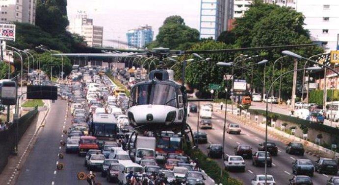 Águia em aproximação na Av 23 de Maio para resgate de vítima de acidente de trânsito. O Cmt da Aeronave era o Cel Ref PM Luiz Alves Júnior