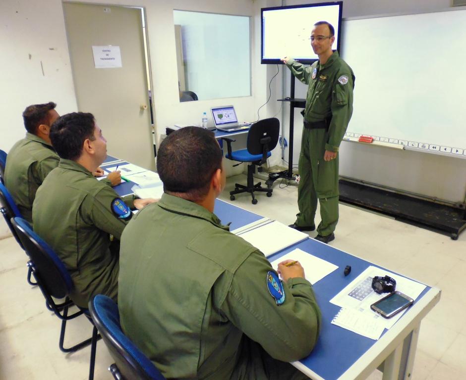 Cap PM Bortilin do Grupamento Aéreo ministrando aula no Ground School aos oficiais da Marinha. Foto: Eduardo Alexandre Beni.