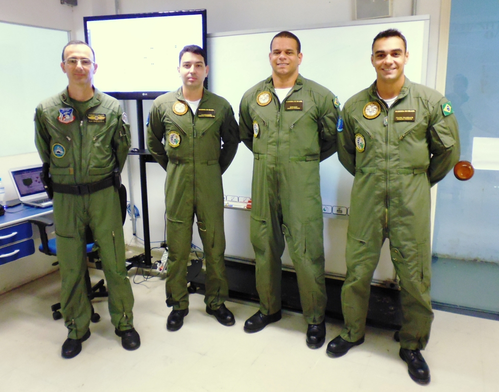 Cap PM Bortolin e os três oficiais da Marinha que realizam o curso. Foto: Eduardo Alexandre Beni.
