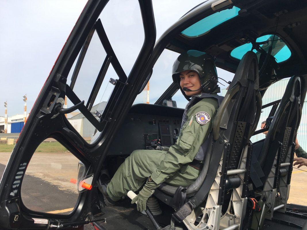 Atualmente, tenente Mayara é copiloto do Águia da PM, na área do CPI-8 (Foto: Stephanie Fonseca/G1)