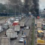 Ônibus são incendiados em via expressa do Rio de Janeiro nesta terça (Foto: Reprodução / TV Globo)
