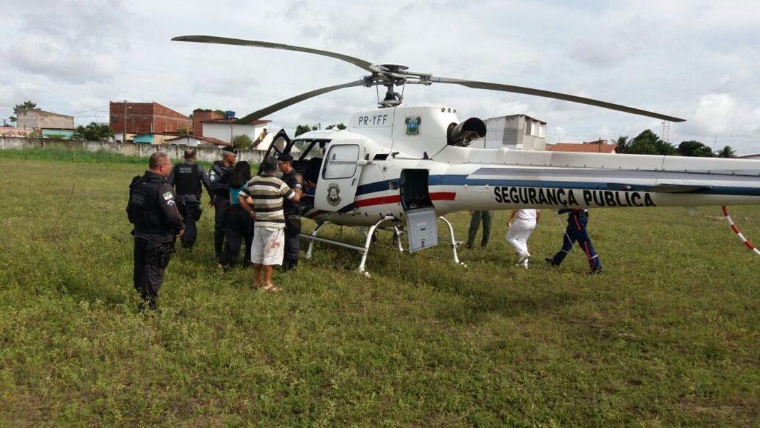 Atingido na mão e na perna, policial militar foi transferido de helicóptero (Foto: Divulgação/PM)