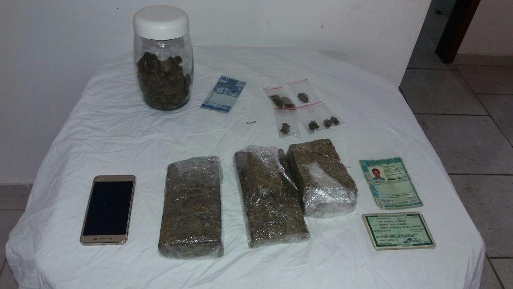 Material apreendido pelos policiais.