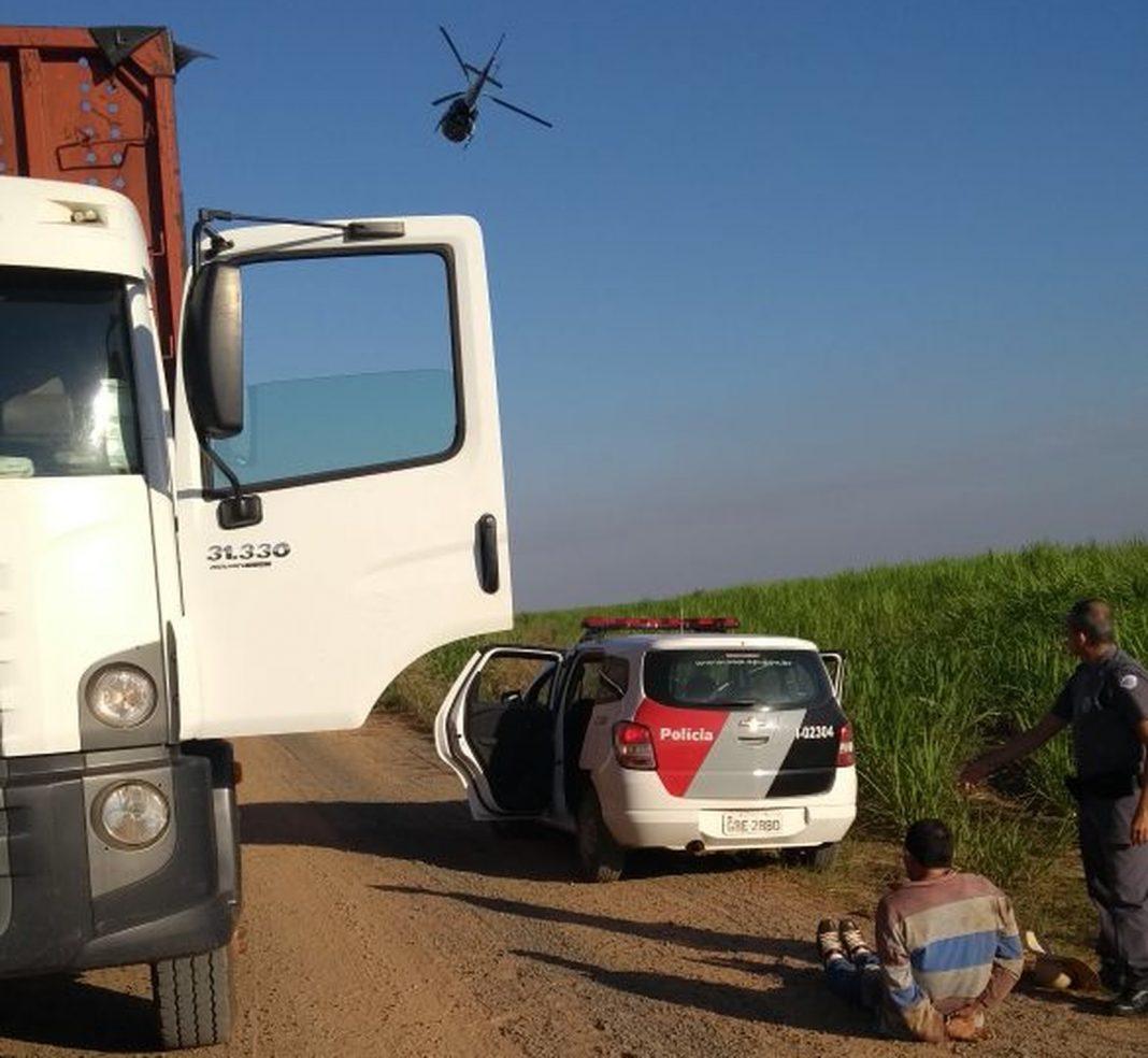 Trio é preso depois de roubar caminhão bitrem de fazenda de Lourdes (Foto: Divulgação/Polícia Militar)