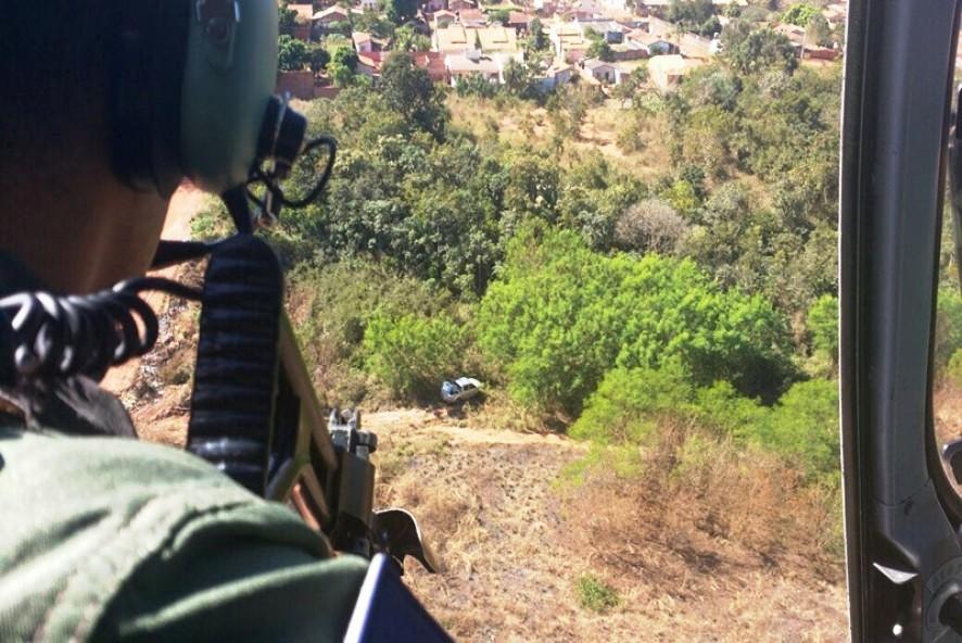 Policiais em helicóptero flagraram carro abandonado