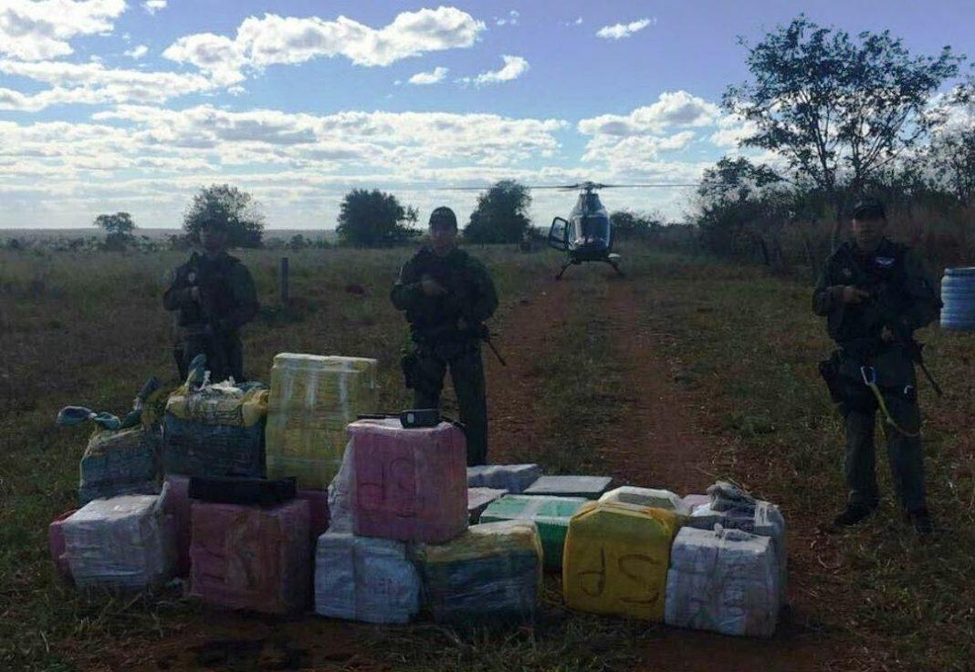 Policiais Militares do Grupamento Aéreo da PM de Goiás que realizaram a apreensão da droga.