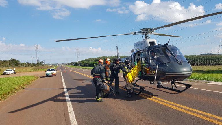 Polícias realizando o resgate com a Aeronave