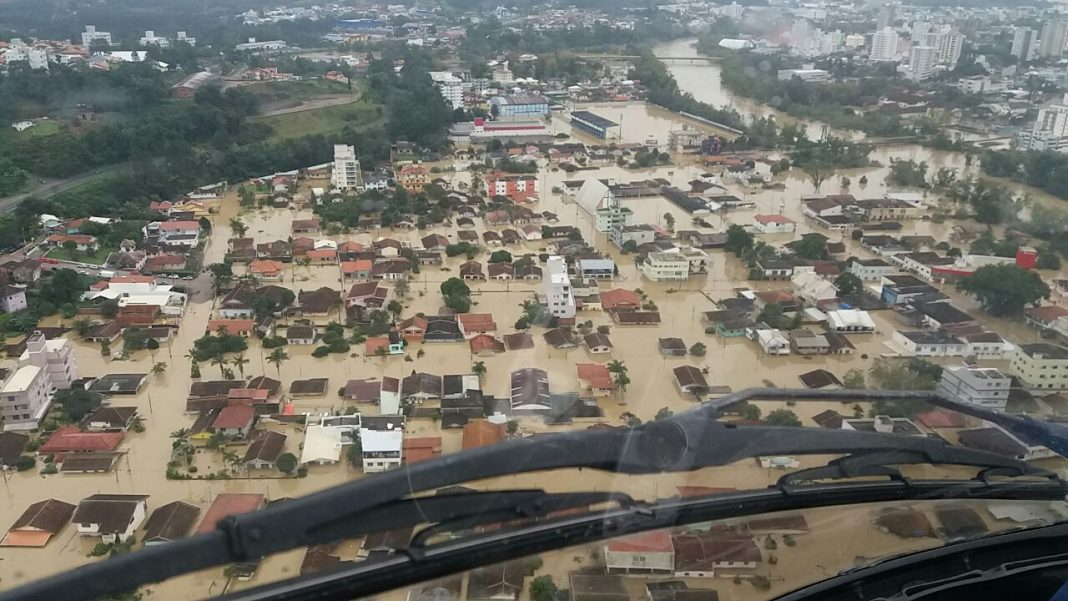 Imagens aéreas do Arcanjo 01 dos Bombeiros da enchente que atinge Sata Catarina