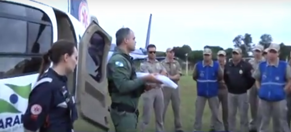 Socorristas participaram de simulação no atendimento de vítima sendo encaminhada ao helicóptero. (Foto: Ricardo Borges)