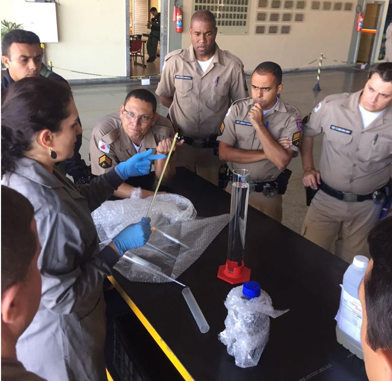Aula prática - análise laboratorial de combustível de aviação.