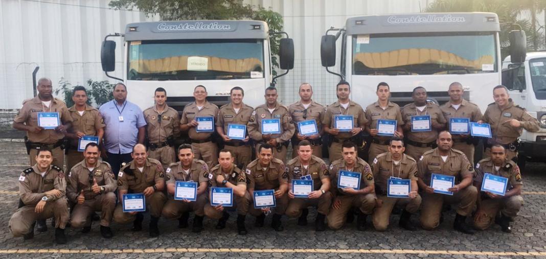 Alunos recebendo certificado após conclusão do curso de Técnicos de Apoio de Solo.