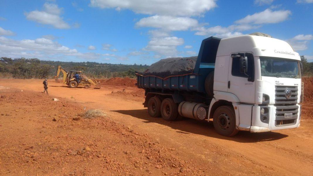 Imagem do caminhão apreendido e que realizava a extração ilegal de cascalho.