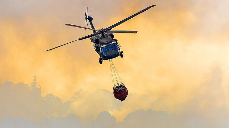 A StarFlight Australia em breve estará operando 10 Black Hawks em operações aéreas de combate a incêndios e catástrofes. (Departamento de Defesa dos EUA)