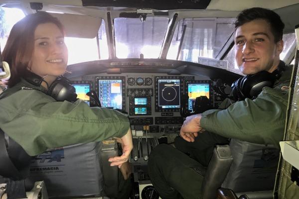Tenente Juliana e Tenente Patorniti, pilotos da aeronave. Tenente Juliana, comandante da aeronave. Fotos: Tenente Aviador Lucas Rocha.