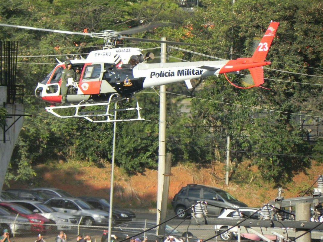 Helicóptero Águia 23 da PM na Avenida Whashington Luís para resgate de policial militar (Foto: Ruben Dario Aguero)
