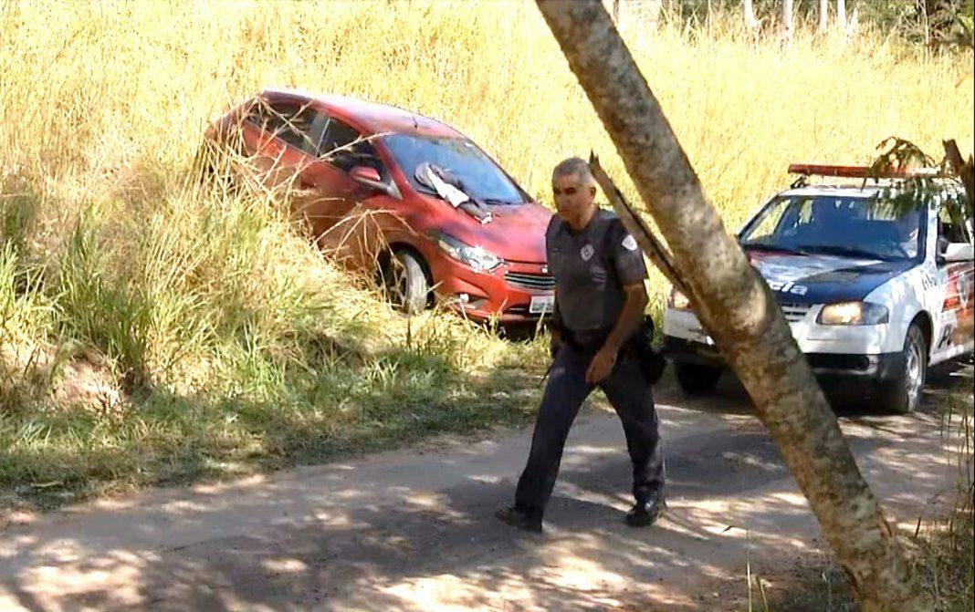 Policiais cercaram os assaltantes em estrada de terra em Jafa, distrito de Garça (Foto: Reprodução / TV TEM)