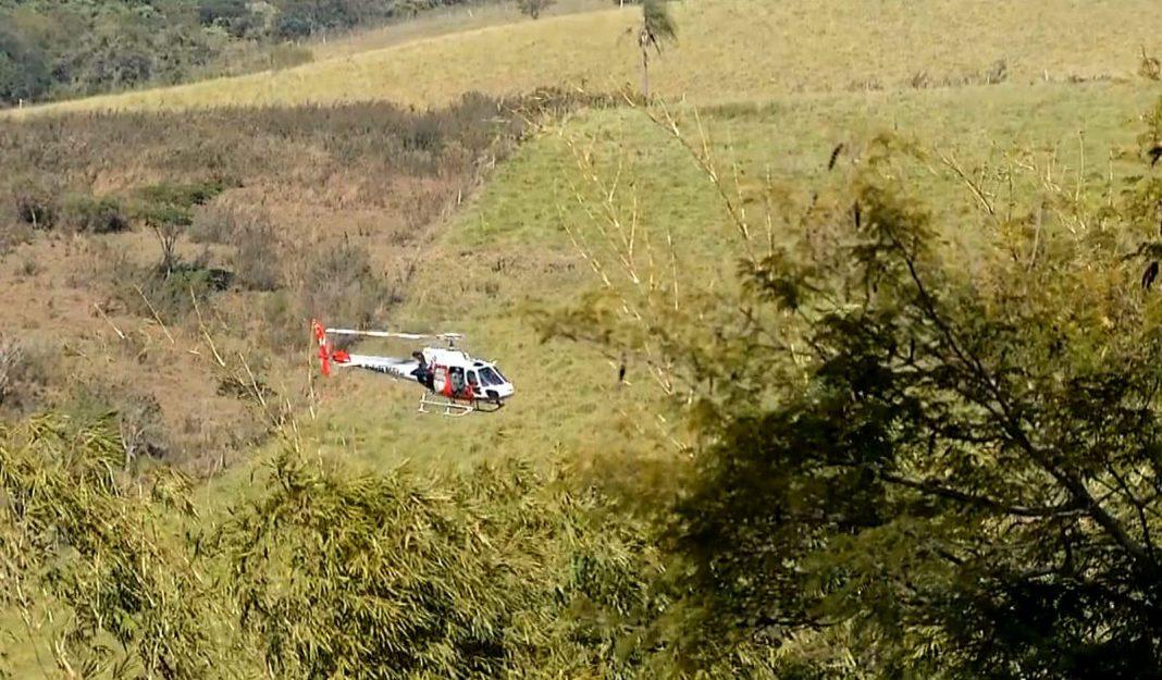 O helicóptero Águia foi utilizado nas buscas pelo segundo assaltante, que se escondeu no matagal (Foto: Reprodução / TV TEM)