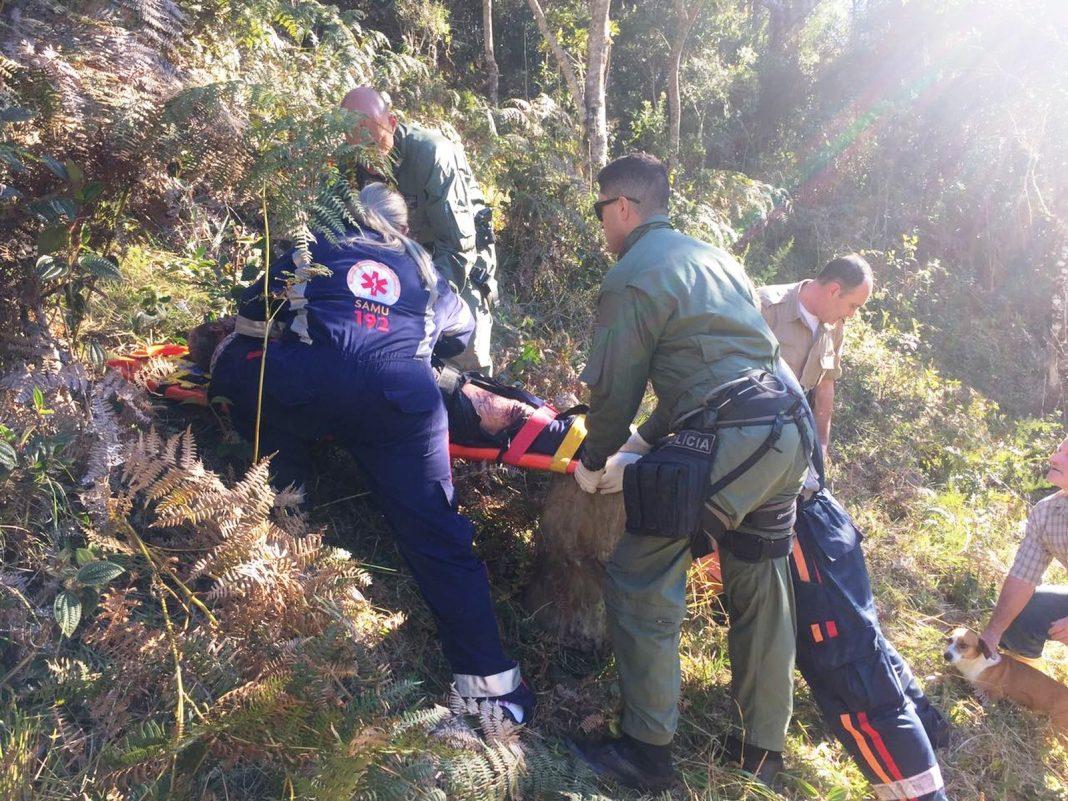Homem foi encontrado na mata pelos socorristas (Foto: PM/Divulgação)