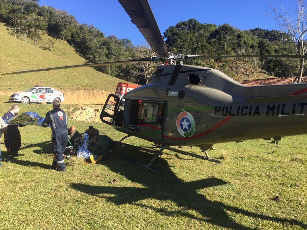 A vítima foi conduzida ao Hospital Universitário de Florianópolis - Águia 02 (Foto: PM/Divulgação)