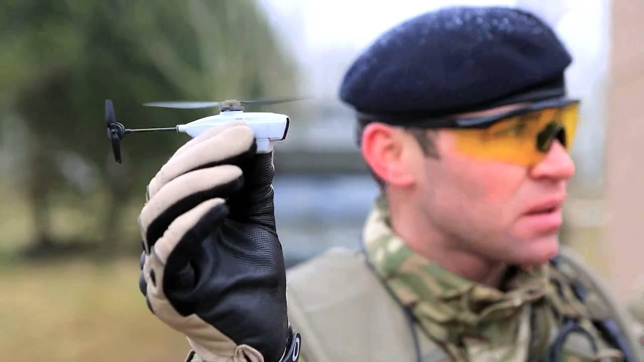 Sargento Carl Boyd, do 1º Batalhão Real de Fusileiros com um helicóptero Black Hornet. O mini espião no céu foi utilizado no Afeganistão.