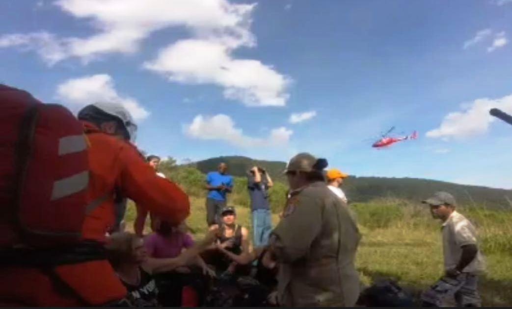 Bombeiro 01 resgata mulher que passou mal em trilha, em Maricá/RJ. Foto: Divulgação CBMERJ.