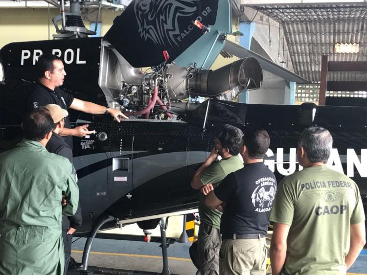 """Pilotos da Polícia Federal realizam """"Ground School"""" da aeronave AS350 (Esquilo). Falcão 03, helicóptero do Grupamento Aéreo da Secretaria de Segurança Pública de Alagoas (CAESP)."""