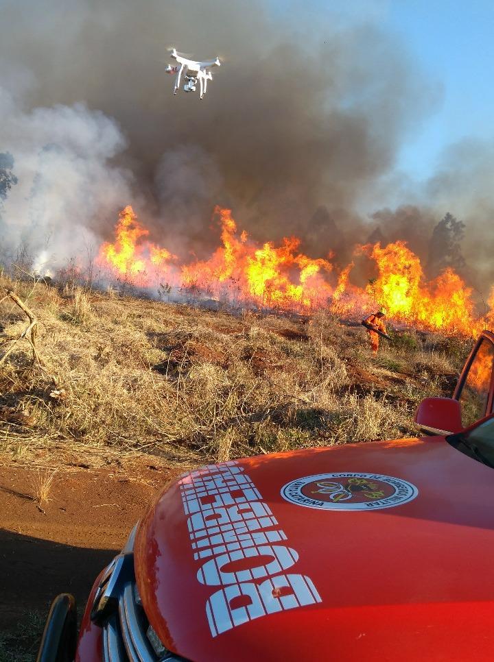 Drone ajuda bombeiros no combate a incêndio em vegetação na cidade de Chapecó