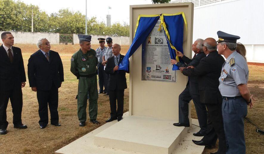 Cel Ventura, presidente do 32-MMDC inaugura monumento. Foto: Antonio Carlos Aristides.