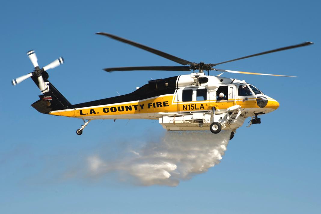 Departamento de bombeiros do condado de Los Angeles, helicóptero Sikorsky S70i Firehawk lançando água. Foto de Douglas Morrison.
