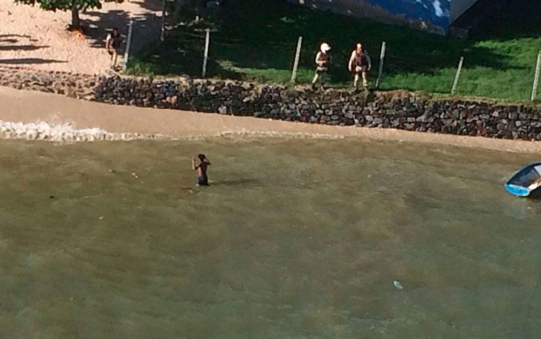 Jovem entra no mar para fugir da PM, mas é capturado pelo Graer