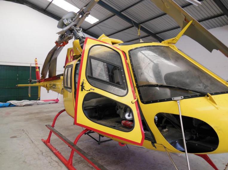 O helicóptero no hangar de destroços do GPIAAF.