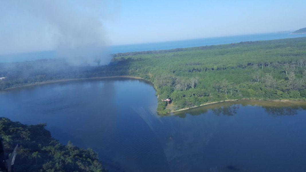 Vista do incêndio a partir do helicóptero Águia 02 e da operação realizada pelo Arcanjo 01 do Corpo de Bombeiros - PM/Divulgação.