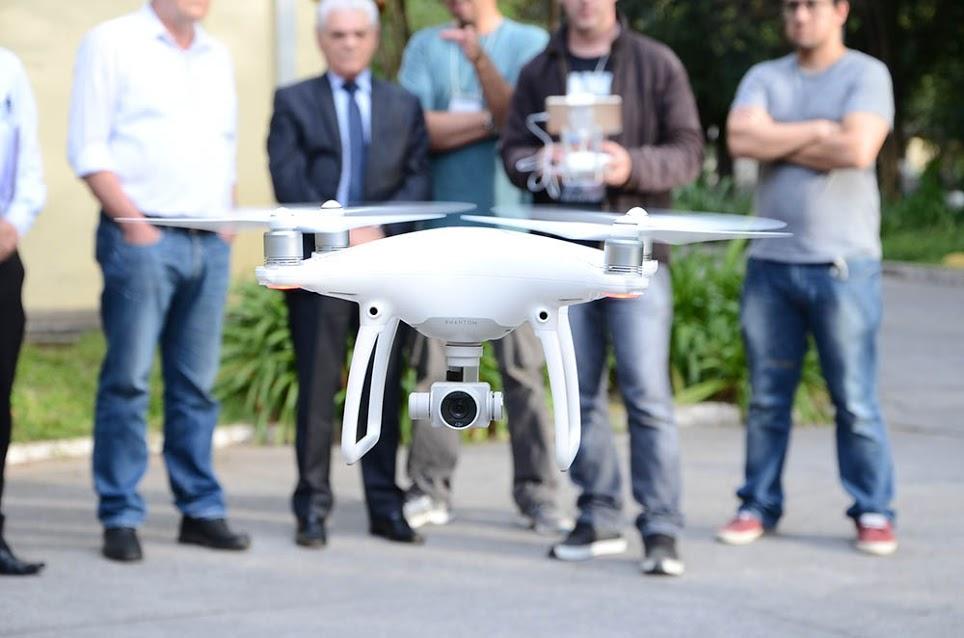 Técnicos explicam para o secretário como é a operação do equipamento. Foto: SAP.