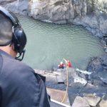 Vítima foi encontrada caída entre as pedras de uma cachoeira (Foto: Corpo de Bombeiros)