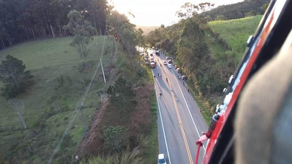 Águia 07 da PM resgata vítima de acidente de trânsito na SP-171. Foto: BRPAe/SJC.