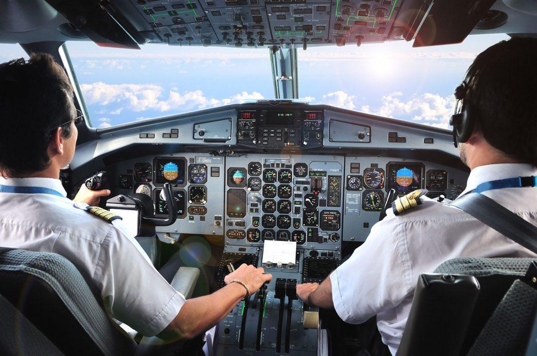 Profissional que exerce função a bordo de aeronave mediante contrato de trabalho.